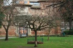 Ancienne porte du Capitole réédifiée dans le jardin des Plantes de Toulouse - Français:   Anciennes portes du Capitole, Jardin des plantes de Toulouse (Haute-Garonne, France).