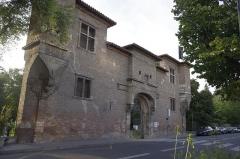 Ancienne porte du Capitole réédifiée dans le jardin des Plantes de Toulouse - Français:   Toulouse, Entrée du Jardin des Plantes, depuis les allées Frédéric-Mistral. Il s\'agit de l\'ancienne porte du Capitole, placée ici en 1886.