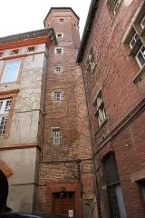 Immeuble - Français:   Tour capitulaire dans la cour de l\'hôtel Ysalguier