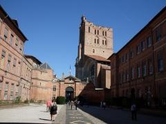 Ancien palais archiépiscopal - Français:   Cour de la préfecture de Toulouse en regardant vers la place et la cathédrale Saint-Étienne.