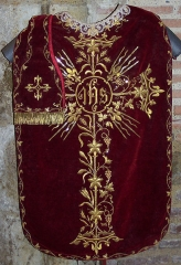 Eglise Notre-Dame, ancienne cathédrale - English: Red velvet chasuble and stole embroidered with golden metallic thread, golden wire and golden metallic ornaments, handmade lace collar - Cathédrale Sainte Marie de Lombez