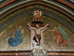 Eglise -  Village de Marciac dans le Gers (France):  Église Notre-Dame de Marciac, détail du portail central avec Christ en croix et anges jouant des instruments de musique