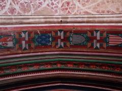 Eglise -  Village de Marciac dans le Gers (France):  trompes l'oeil et blasons dans le décor du portail central