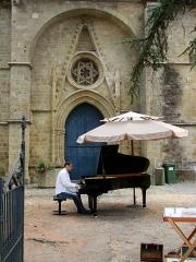 Eglise -  Village de Marciac dans le Gers (France):  concert de piano lors du Jazz in Marciac 2008 dans le jardin de l'église Notre-Dame de Marciac