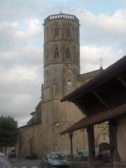 Eglise - Français:   Vue de l\'église Saint-Clément depuis la place de la mairie