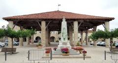 Halle - Français:   Halle de Solomiac et monument aux Morts