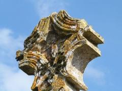 Croix en pierre du 15e siècle - Français:   Sculpture d\'un petit Christ apparaissant dans la partie évidée de la croix.