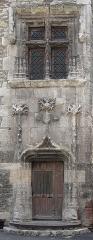 Maison dite de Henri IV - English: Detail of the main entrance of the 15th century Hôtel de Roaldès, also called 'House Henry IV' at Cahors, France.