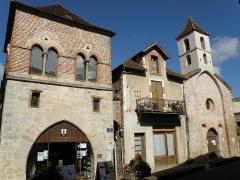 Maison des Consuls - Français:   Luzech, ville dans le département du Lot, région Midi-Pyrénées, France. Place des Consuls, avec, à gauche, la dite maison des Consuls (XIIe siècle), et à droite, la façade orientale avec clocher de la chapelle Saint-Jacques, appelée aussi chapelle des Pénitents bleus (XIIIe siècle).