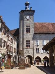 Ancien hôtel de la Raymondie, actuel hôtel de ville - Français:   Beffroi du Palais de la Raymondie à Martel, Lot - France. Les 2 fenêtres à meneaux du Moyen-Âge furent modifiées durant la guerre de 100 ans pour renforcer le caractère défensif du bâtiment. Elles ont été restaurées à l\'identique en 2012.