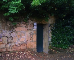 Grotte, à Cougnac - English: The public entrance to the cave at Cougnac, Lot, South Western France, home of Upper Palaeolithic paintings.