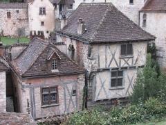 Maison du 14e siècle, dite Maison Bessac -  Saint-Cirq-Lapopie (Lot, France). Maisons du village, façades donnant sur la Rue-Grande. La maison de droite (à deux étages) est la maison Bessac.