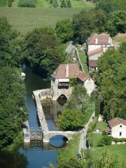 Moulin à eau - Français:   View EAST on Lot valley from Saint-Cirq-Lapopie. Moulin et écluse de Porte-Roques.