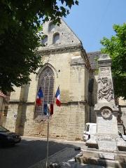 Eglise Saint-Jacques-le-Majeur - Français:   Salviac - L\'église Saint-Jacques-le-Majeur et le monument aux morts