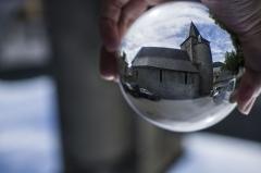 Eglise Notre-Dame - Español:   Cada uno puede ser participe de su propio destino, a conseguir sus sueños y luchar por ellos. Una alegoría a través de una simple bola de cristal en la que todo se puede atrapar.... si lo deseas.....Fotografía efectuada a través de una bola de cristal, girada 180º y puesta en mi mano, mostrando el lugar, acercándolo a todos vosotros, como la Wikipedia acerca el conocimiento a los lectores.....