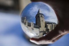 Eglise Saint-Exupère - Español: Cada uno puede ser participe de su propio destino, a conseguir sus sueños y luchar por ellos. Una alegoría a través de una simple bola de cristal en la que todo se puede atrapar.... si lo deseas.....Fotografía efectuada a través de una bola de cristal, girada 180º y puesta en mi mano, mostrando el lugar, acercándolo a todos vosotros, como la Wikipedia acerca el conocimiento a los lectores.....