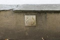 Eglise de l'Assomption -  Sculpture d\'une coquille Saint-Jacques - dans le mur de cloture Sud de l\'église de l\'Assomption de Maubourguet - marquant le passage du Chemin de Saint-Jacques de Compostelle à Maubourguet  / Hautes-Pyrénnées, France