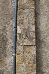 Eglise de l'Assomption -  Vue d'un contrefort de la façade Sud de l'Assomption de Maubourguet (dessin d'un poisson sculpté dans le contrefort) / Hautes-Pyrénnées, France