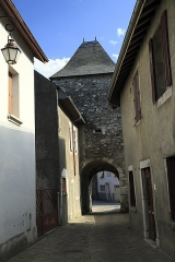 Porte de défense dite Tour de la Prison - Deutsch:   Stadtseite von der Rue Saint Quitterie, das Tor wird auch »Tour de la Prison«genannt. Bei den wenigen und winzigen Fensteröffnungen ist eine Gefängnisnutzung in Friedenszeiten zumindest gut vorstellbar.