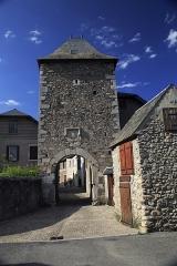 Porte de défense dite Tour de la Prison - Deutsch:   Außenseite von Süden, das Tor wird auch »Tour de la Prison«genannt. Bei den wenigen und winzigen Fensteröffnungen ist eine Gefängnisnutzung in Friedenszeiten zumindest gut vorstellbar.