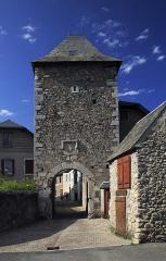 Porte de défense dite Tour de la Prison - Deutsch:   Außenseite von Süden, das Tor wird auch »Tour de la Prison«genannt. Bei den wenigen und winzigen Fensteröffnungen ist eine Gefängnisnutzung in Friedenszeiten zumindest gut vorstellbar. entzerrt