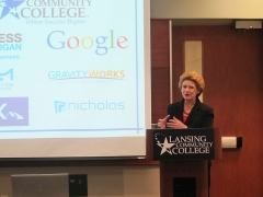 Maison du 14e siècle -  Senator Stabenow addresses a panel of high-tech small business leaders at Lansing Community College. The panel included representatives from Google, the Small Business Association of Michigan, the Michigan Search Engine Marketing Professional Organization and others.  This photograph is provided by the Office of U.S. Senator Debbie Stabenow.