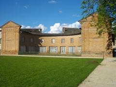 Château d'Hutaud - Français:   Anciennes écuries en arc de cercle, prise en avril 2016 vers 18h.