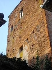 Hôtel de la famille Gaillac - Français:   Tour en brique du XIIIe siècle. A l\'étage, fenêtres géminées murées, séparées par une colonne de pierre. Trous de boulin de la construction visibles et traces de remaniements des ouvertures.