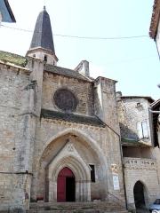 Eglise Saint-Jean-Baptiste - Français:   Caylus - Église Saint-Jean-Baptiste - Portail principal de l\'église et porte de ville (portail obscur)