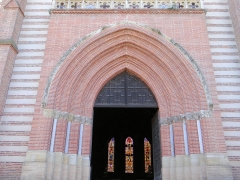 Eglise Saint-Martin - Français:   Grisolles - Église Saint-Martin - Portail de l\'ancienne église remonté sur la nouvelle église avec des chapiteaux romans