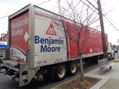 Maison du 15e siècle - English: A Benjamin Moore Paints tractor trailer parked on the north side of Union Turnpike between 167th Street and 168th Street in Queens, New York City.
