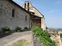 Eglise Saint-Pierre - Français:   La chapelle - Église Saint-Pierre - L\'entrée de l\'église et la terrasse de l\'ancien château