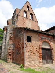 Eglise Saint-Martin - Français:   Moissac - Église Saint-Martin - Porche et portail du 17ème siècle devant le portail gothique. A gauche, la muraille fortifiée avec des contreforts.