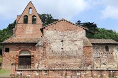 Eglise Saint-Martin - Français:   Moissac - Église Saint-Martin de Moissac - A gauche le porche du 17ème siècle, au droite, la partie orientale d\'origine mérovingienne, et au milieu, la chapelle sud