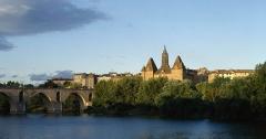 Ancien palais épiscopal, ancien Hôtel de ville, actuellement musée Ingres - Pont Vieux, musée Ingres et église St Jacques, vus depuis la rive gauche du Tarn