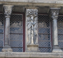 Ancien hôtel de ville - English: Adam and Eve, sculpture on the façade of the house of the vicomte (1125), Saint-Antonin-Noble-Val, Tarn-et-Garonne, France
