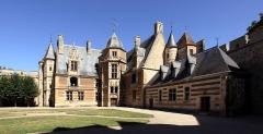 Château - Deutsch: Schloss Ainay-le-Vieil im französischen Département Cher - Gebäudetrakt im Innenhof mit Haupteingang im Treppenturm.