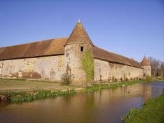 Château de la Vallée - Français:   Château de la Vallée à Assigny (Cher) - communs.
