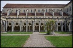 Ancienne abbaye de Noirlac - Cloître et nef de l'église abbatiale