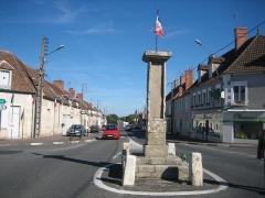 Borne milliaire en pierre de l'époque gallo-romaine - Français:   Bruère-Allichamps Borne Milliaire, sur la route départementale D2144 de Bourges à Montluçon