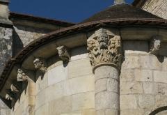 Eglise Saint-Blaise - Deutsch: Kirche Saint-Blaise in der Ortschaft La Celle im französischen Département Cher - chorseitiger Skulpturenschmuck an Kapitellen und Konsolen.