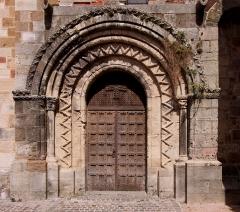 Eglise Saint-Genès (anciennement église prieurale Saint-Etienne) - Deutsch: Romanische Kirche Saint-Genès in Châteaumeillant im französischen Département Cher - Südportal