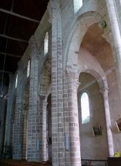 Eglise Saint-Genès (anciennement église prieurale Saint-Etienne) - Français:   Châteaumeillant - Église Saint-Genès - Elévation de la nef et du bas-côté méridional