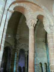 Eglise Saint-Genès (anciennement église prieurale Saint-Etienne) - Français:   Châteaumeillant - Église Saint-Genès - Arcature de séparation du choeur du collatéral droite, vue du collatéral