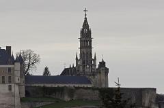 Basilique Notre-Dame-des-Enfants -   Clocher de la Basilique Notre-Dame des Enfants à Châteauneuf-sur-Cher (Cher).  Basilique Notre-Dame des Enfants à Châteauneuf-sur-Cher, sous le patronage de Saint-Pierre et Saint-Paul, seul édifice religieux en France dédié aux enfants. En 1861, l'abbé Ducros est nommé à la cure de Châteauneuf-sur-Cher. L'église est quasiment en ruine. Il a alors l\'idée de demander deux sous à tous les enfants de France pour la reconstruire. Il reçoit beaucoup de petits dons, accompagnés de nombreuses lettres. Dans l'une d'elles, une fille de dix ans habitant Semur-en-Brionnais, évoque Notre-Dame des Enfants. L'idée est adoptée. La première pierre est posée en 1869, l\'édifice est ouvert au culte en 1879, est achevé en 1886. Le pape Léon XIII l'érige en basilique mineure en 1896. Elle est consacrée le 24 avril 1898.