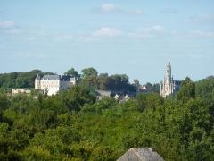 Château - Français:   À gauche le château et à droite la basilique.