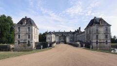 Château - Deutsch: Schloss Lignières in der französischen Gemeinde Lignières im Département Cher - Zufahrt zu Ehrenhof