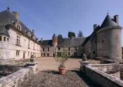 Château de Boucard - Deutsch: Schloss Boucard im französischen Département Cher - Zum Fluss hin offener Innenhof