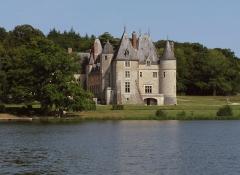 Château de la Verrerie - Deutsch: Schloss La Verrerie im französischen Département Cher - Blick über den See auf das Schloss