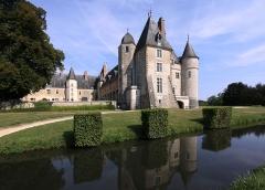 Château de la Verrerie - Deutsch: Schloss La Verrerie im französischen Département Cher - Blick in den nach einer Seite hin offenen Schlosshof